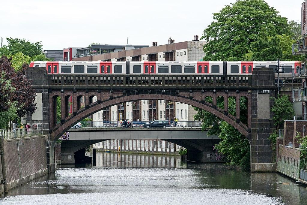 Puente Bahnbrücke Osterbekkanal, Hamburgo (Alemania).