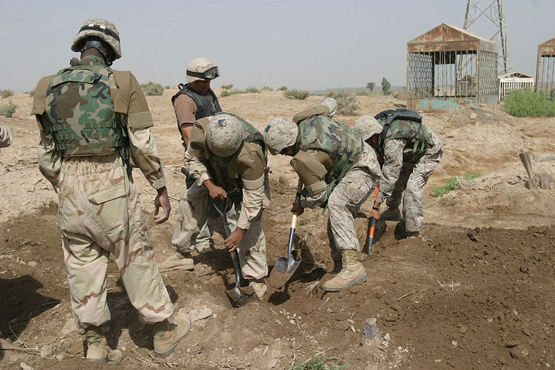 Súbor:US Navy 050706-M-4314O-007 Several Naval Criminal Investigation Service (NCIS) agents dig through a grave of an Iraqi, who was killed approximately seven months ago.jpg