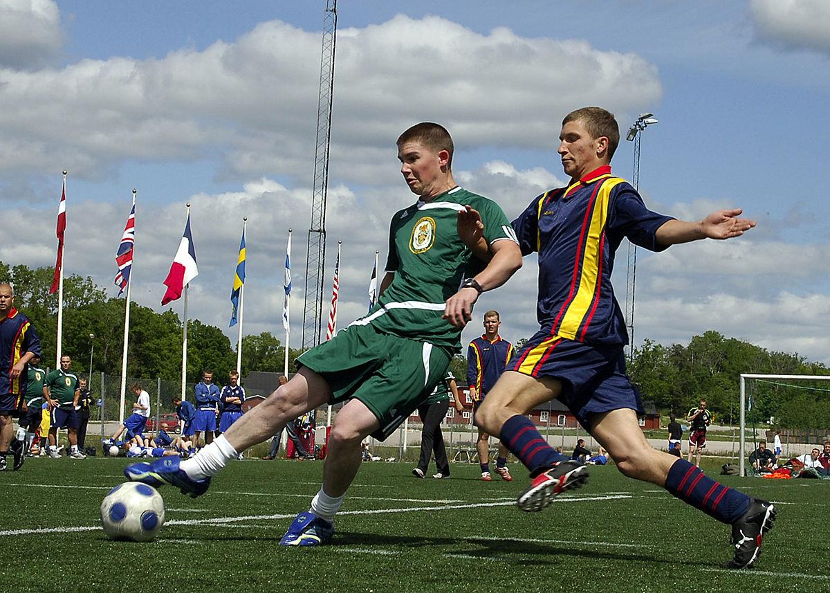 Bermain sepakbola