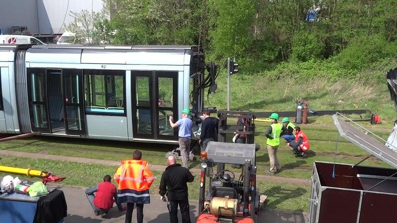 File:Valenciennes & Anzin - Déraillement de la rame de tramway n° 17 à la sortie du dépôt de Saint-Waast le 11 avril 2014 (053B).ogv