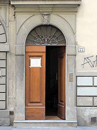 Via della colonna 22, casa con stemma 02.JPG