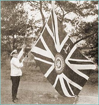 Star of India (flag) - Flag of the Viceroy of India being raised