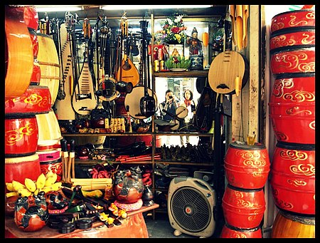 http://upload.wikimedia.org/wikipedia/commons/thumb/9/9f/Vietnamese_musical_instruments.jpg/450px-Vietnamese_musical_instruments.jpg