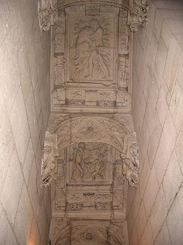Le plafond richement sculpté d'un des escaliers du château.