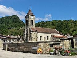 Vue de l'église de Torcieu et de son cimetière.JPG