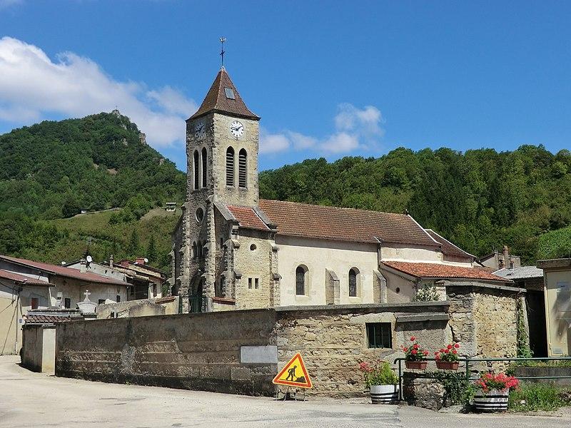 Vue de l'église de Torcieu et de son cimetière.