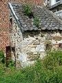 Wéris (Belgique) - vieil appentis bâti en moellons de calcaire gris.jpg