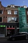 foto van Pand met drie bouwlagen, met zadeldak loodrecht op de straat