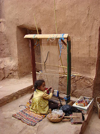 Aït Benhaddou - Young girl working on a loom in Aït Benhaddou, in May 2008