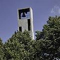 Zicht op de top van de vrijstaande klokkentoren van de kerk - Schiedam - 20399202 - RCE.jpg