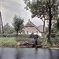 Zicht op de voorgevel van de boerderij, gezien vanaf de overzijde van het water - Noordeloos - 20383684 - RCE.jpg