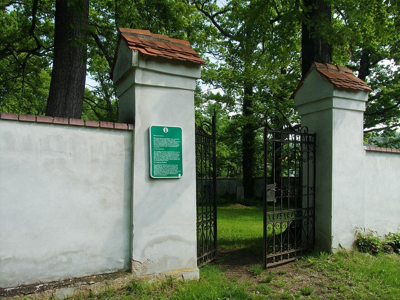 Židovský hřbitov Hluboká nad Vltavou - brána.jpg