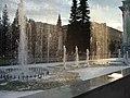 Ансамбль главной городской площади. Фонтан у кинотеатра Металлург.JPG