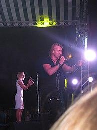 Винник з бек-вокалісткою Таюне на сцені у місті Первомайськ 5f0ae6c4384cb