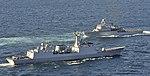 해군 함정으로 부터 해상사열을 받고 있는 최영함 (22229403432).jpg