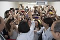 09.01 總統與台南奇景光電的熱情員工打招呼 (29379799455).jpg