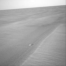 O robô Opportunitty fotografa pequeníssimas crateras (cerca de 30,5 cm de diâmetro e 1 cm de profundidade) em Meridiani Planum.