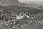 1385. Kronprinsparets bolig. Skougum, Norge. Flyvefoto - no-nb digifoto 20150629 00002 bldsa PK21842 (cropped).jpg