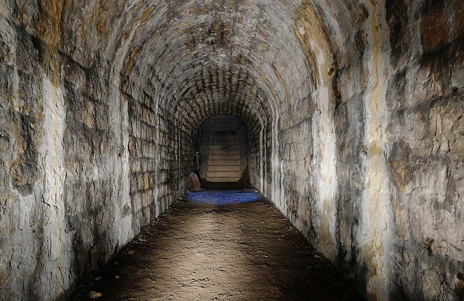 This file was uploaded  with Commonist.    Fort des Basses Perches: dans l'accès au coffre de contrescarpe Sud-Ouest.  Basses perches fortifications (lightpainting).