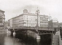 Weidendammer Brücke, Hermann Rückwardt [Public domain], via Wikimedia Commons