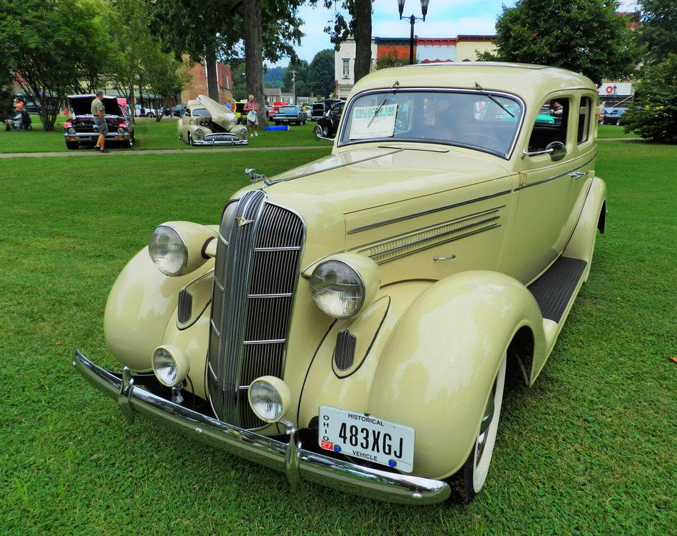 File 1935 dodge 4 door sedan 6039346053 jpg wikimedia for 1935 dodge 4 door sedan