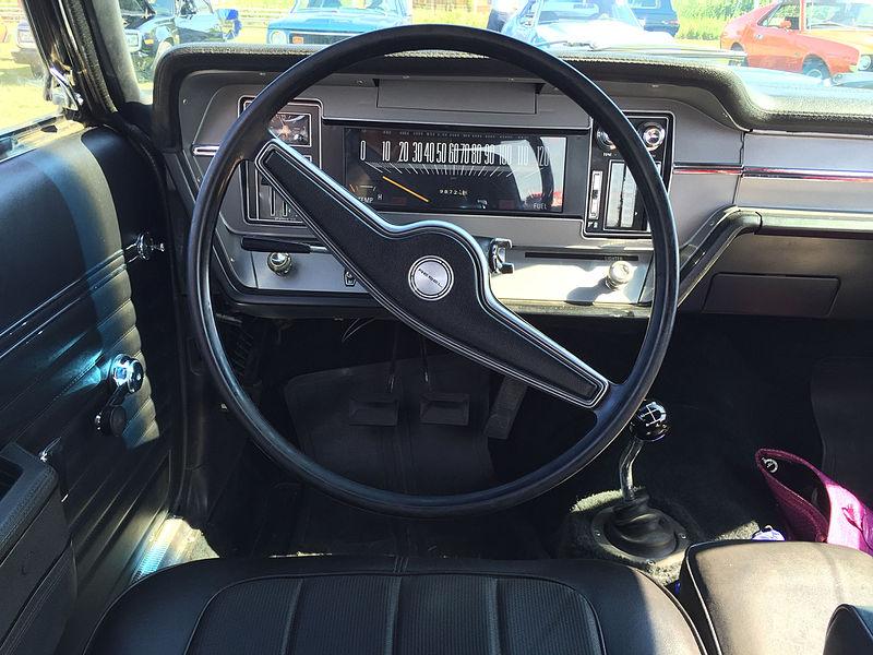 File:1970 AMC Rebel - The Machine - muscle car in white with RWB trim 4-speed AMO 2015 meet 3of4.jpg