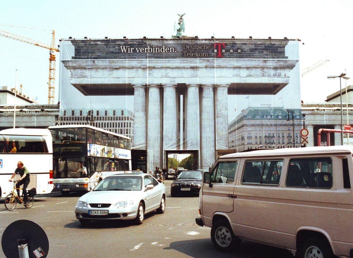 File 2001 Brandenburgertor Verhuellt Jpg Wikimedia Commons