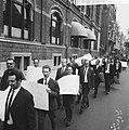 200 Taxichauffeurs staken, met leuzen trokken zij langs d kantoren, Bestanddeelnr 918-1991.jpg