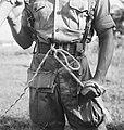 Aan de koppelriem van een soldaat zit het uiteinde van het touw van een z.g. At, Bestanddeelnr 15864.jpg