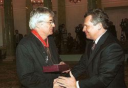 Andrzej Żuławski oraz Aleksander Kwaśniewski wręczający Krzyż Komandorski z Gwiazdą Orderu Odrodzenia Polski.
