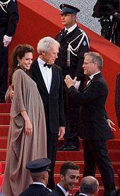 Angelina Jolie et Clint Eastwood, face au public, sur le tapis rouge, sur les marches du palais du Festival de Cannes