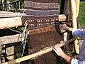 Attività sperimentale di tessitura su telaio verticale a pesi, Parco della Terramara di Montale.jpg