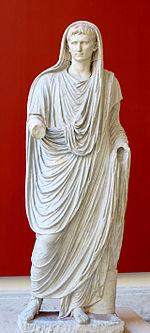 Statue d Auguste en Grand Pontife, -12 - 14. Musée national romain, Rome, Inv. 56230. Découvert sur la Via Labicana. La tête et les bras ont été sculptés à part.
