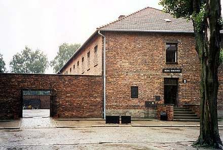 "Block 11 and (left) the ""death wall"", Auschwitz I, 2000 Auschwitz - Blok Smierci and The Execution Wall Sk06 C P.jpg"