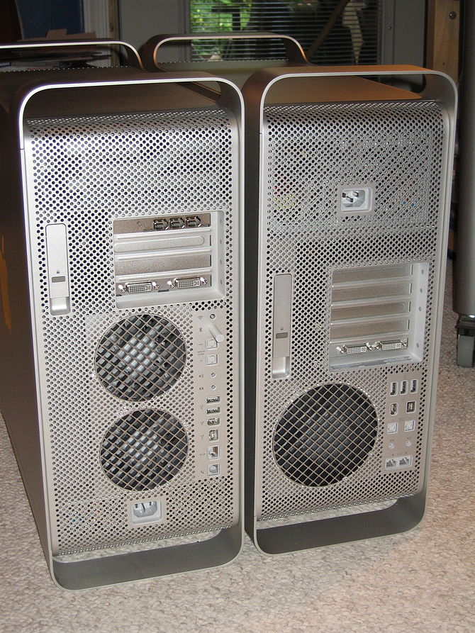 English: Backside of a Power Mac G5 (left) and...