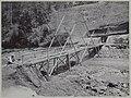 Bamboe noodbrug voor arbeiders bij de westelijke oever van de Kali Brantas ten zuiden van Malang (Photo V), RP-F-F01114-E.jpg