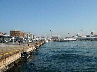 Banchina dove attraccano aliscafi e catamarani.