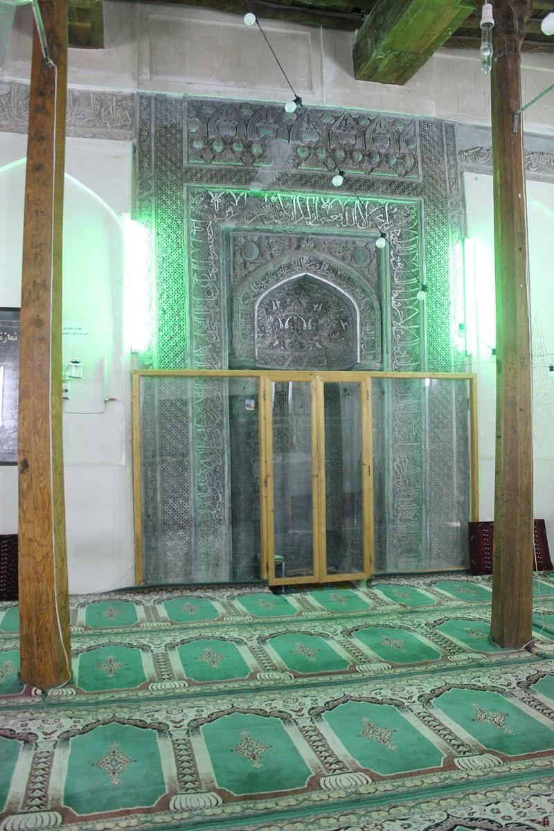 فضای درونی مسجد بایزید (محراب از خاک نقره میباشد)