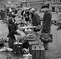 Bezoekers bekijken de koopwaar op de vismarkt in Kopenhagen op de achtergrond he, Bestanddeelnr 252-8837.jpg
