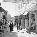 Bezoekers van een markt op straat, Bestanddeelnr 255-2485.jpg