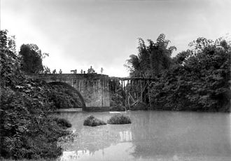Battle of Imus - The Bridge of Isabel II in 1899 with the missing northern span blown up by the revolutionaries, temporarily replaced by a wooden plank.