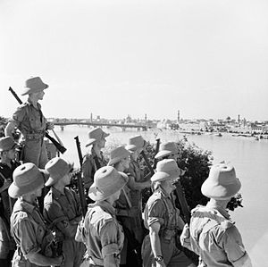 Anglo-Iraqi War - British soldiers looking at Baghdad, 11 June 1941