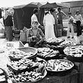 Broodverkoper op de markt - Stichting Nationaal Museum van Wereldculturen - TM-20011766.jpg