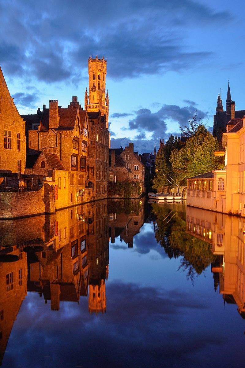 Vue du canal Dijver et du beffroi de Bruges depuis le Rozenhoedkaai.  (définition réelle 2738×4122)