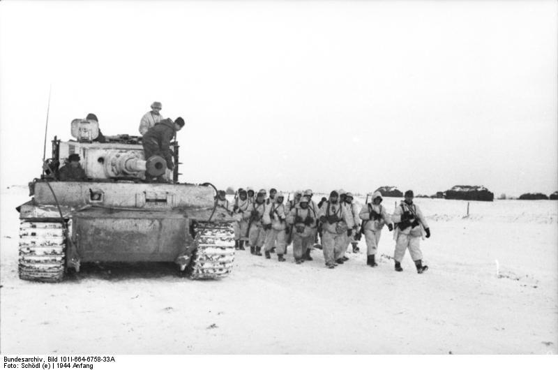 Bundesarchiv Bild 101I-664-6758-33A, Russland, Panzer VI (Tiger I), Soldaten im Schnee