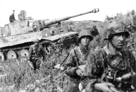 Troops of Division Das Reich, Tiger I tank, in June 1943 before the battle Bundesarchiv Bild 101III-Zschaeckel-206-35, Schlacht um Kursk, Panzer VI (Tiger I).jpg