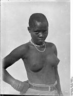 Jeune fille indigène (   Junge Negerin   ) en 1906 : le statut des populations indigènes dans les colonies africaines allemandes était quasiment celui d esclaves.