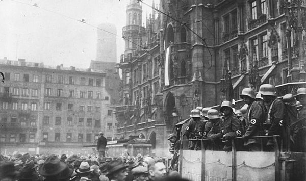 Nazis in Munich during the Beer Hall Putsch Bundesarchiv Bild 119-1486, Hitler-Putsch, München, Marienplatz.jpg