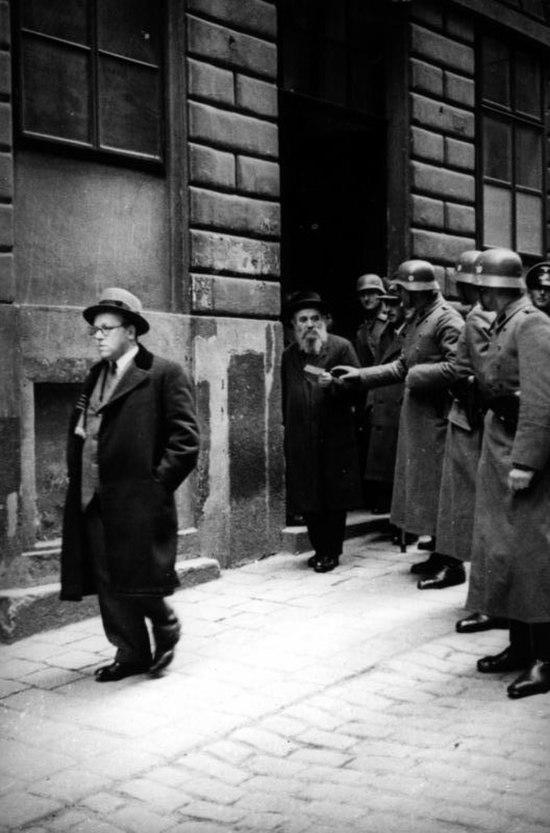 Bundesarchiv Bild 152-65-04, Wien, SS-Razzia bei jüdischer Gemeinde