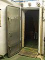 Bunkr Parukářka, dveře do boční místnosti.jpg